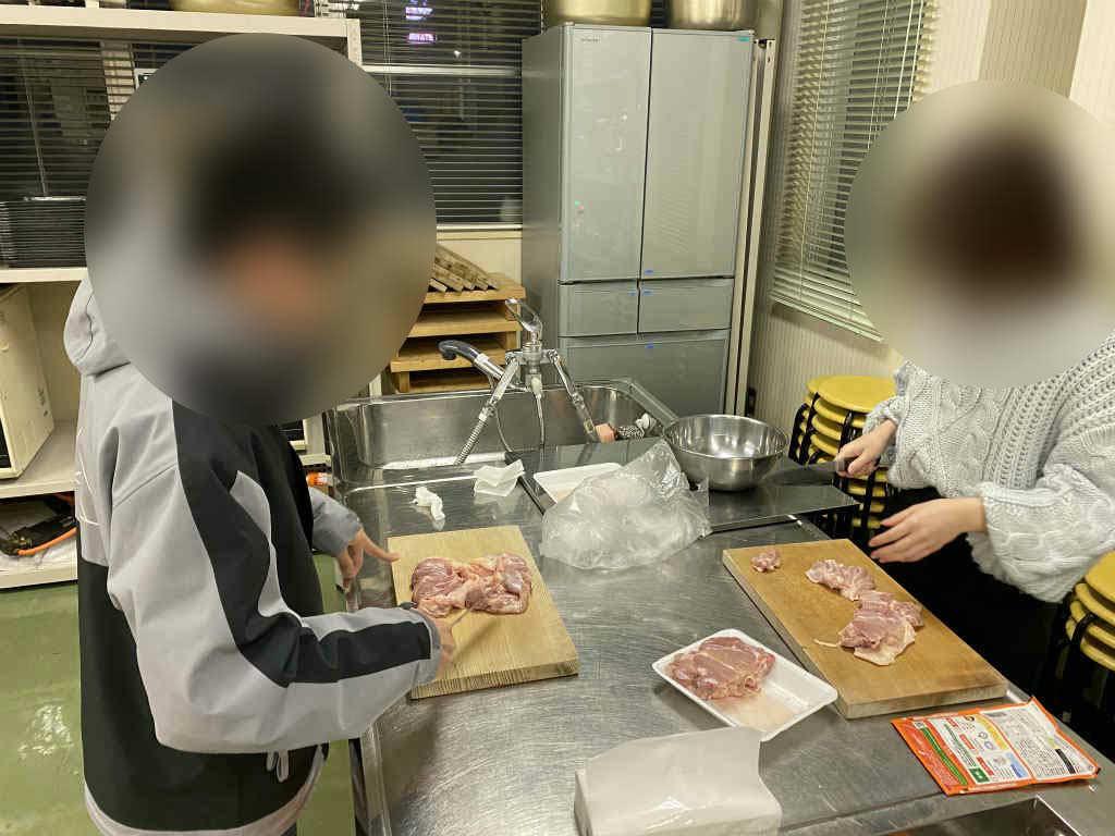 【活動報告】「みんなで唐揚げ作り体験」を実施しました/キッズぷれいすの子ども食堂